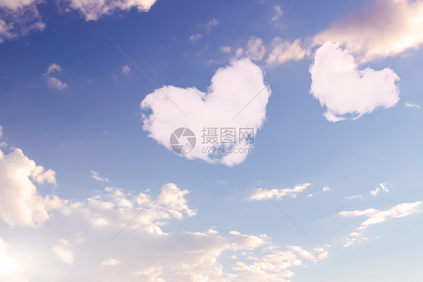天空中的爱心白云图片