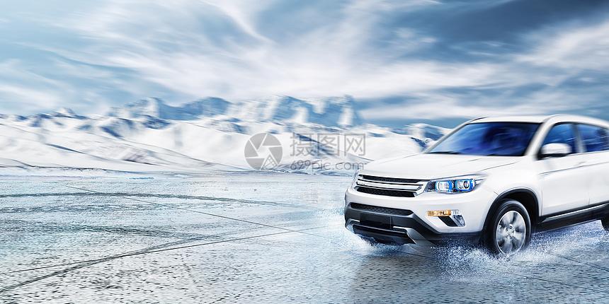 在雪山行驶的汽车图片