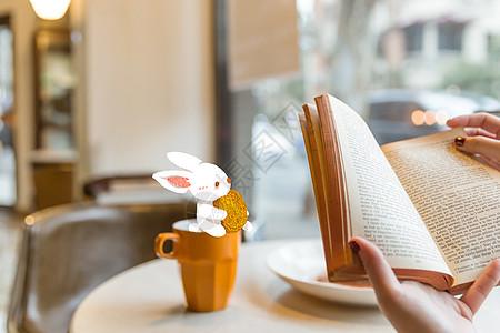 中秋玉兔送月饼创意摄影插画图片
