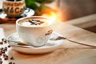 咖啡泡沫上的比特币符号图片
