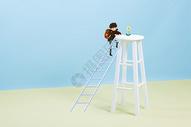 爬梯子的男孩图片