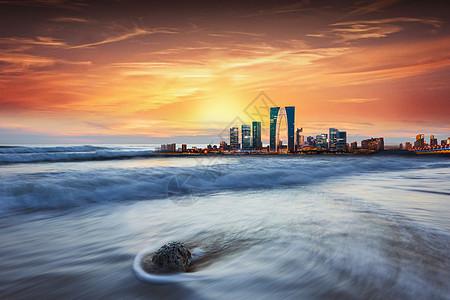 夕阳下的城市图片