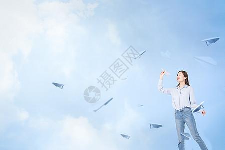 手拿纸飞机图片