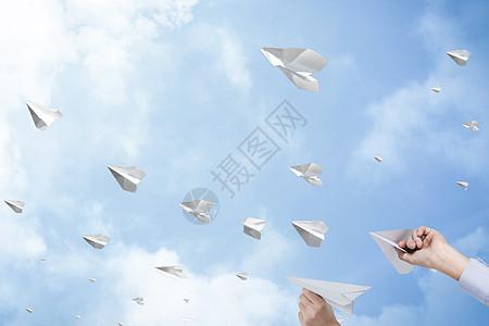 放飞的纸飞机图片