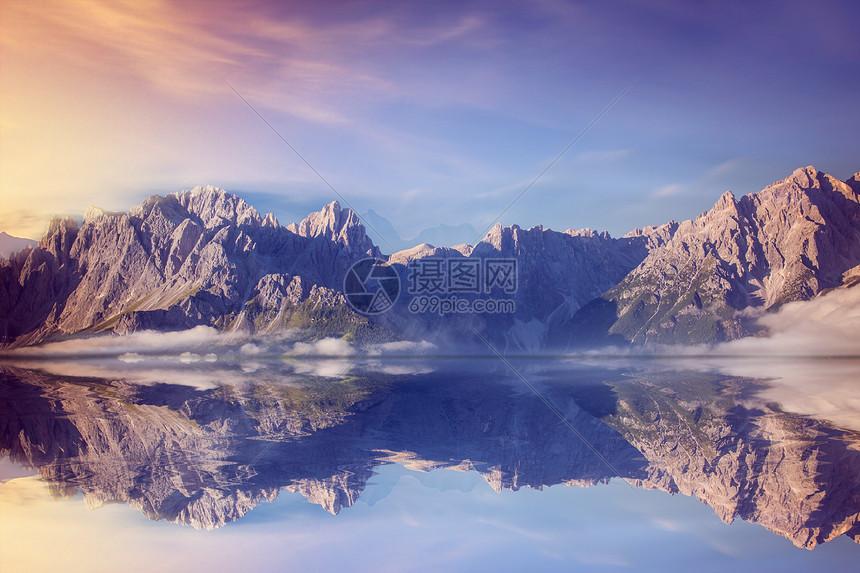 梦幻山峰场景图片
