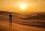 一个人走在沙漠图片