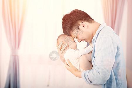 抱婴儿的父亲图片