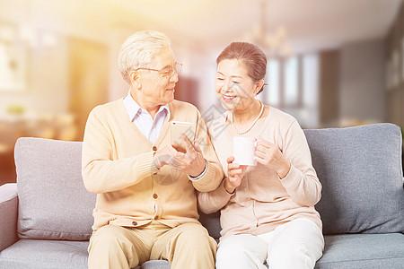 恩爱老年夫妻玩手机图片