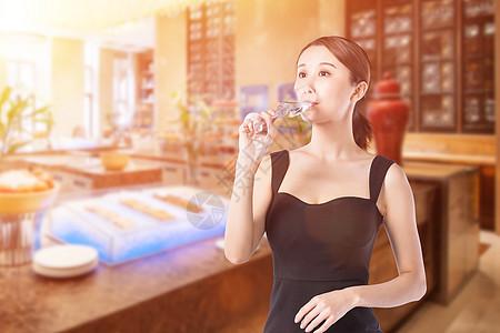 美女喝酒图片