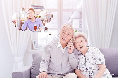和女儿通话的老人图片