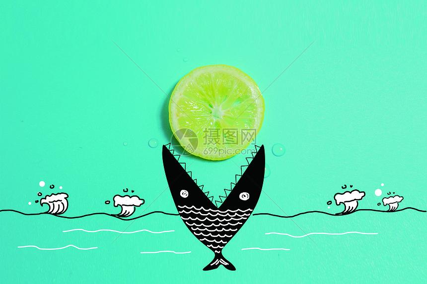 鱼口中的柠檬图片