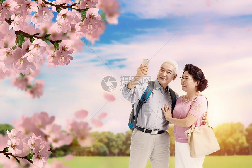 老年旅行赏花图片