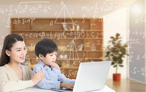 家长陪孩子上网课图片