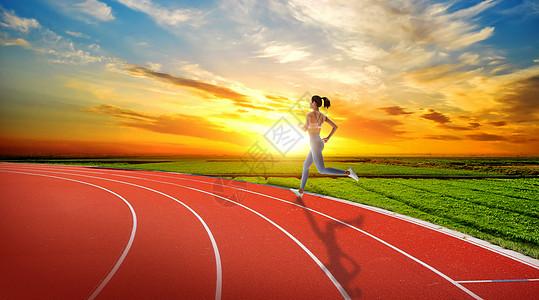 操场上奔跑的女性图片