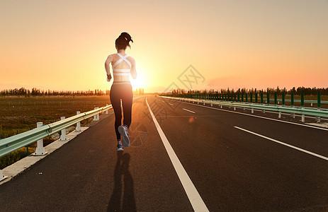 夕阳下奔跑的女性背影图片