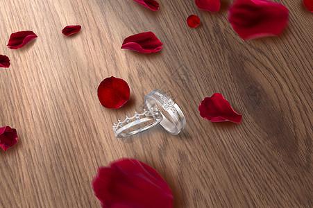 情侣心形戒指红色玫瑰花瓣浪漫场景图片