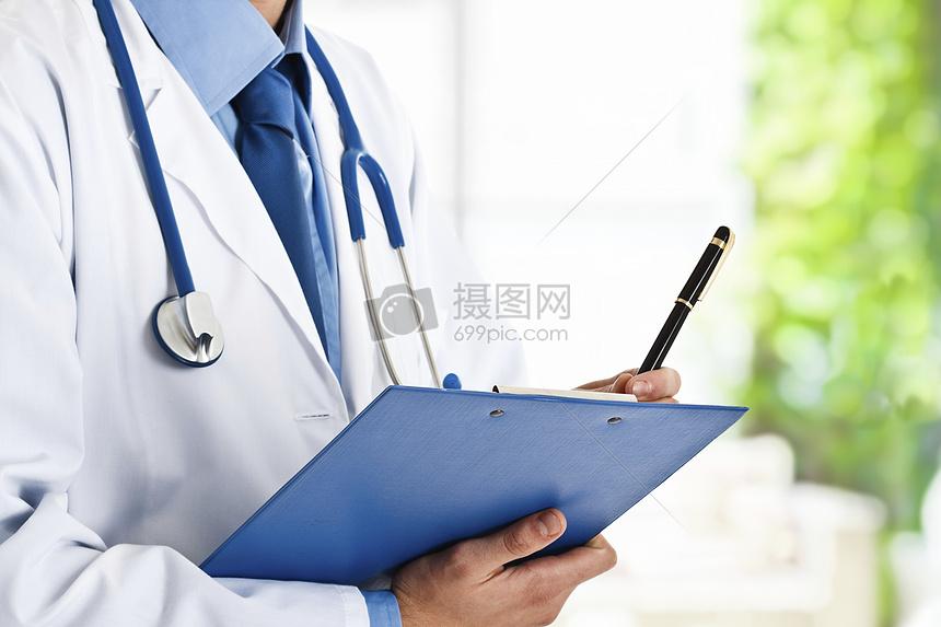 正在写文档的医生图片