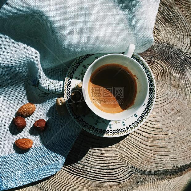树桩上的桌布和咖啡图片