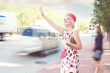 打车的女孩图片