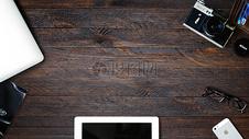 木桌上的数码产品图片