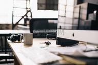 办公桌上的电脑及水杯图片