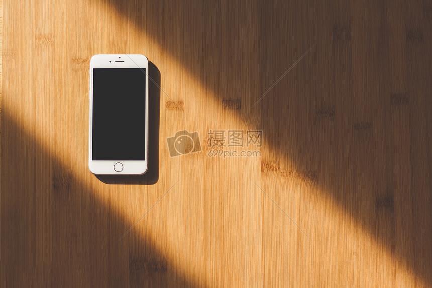 放在桌子上的手机图片