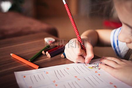 乖巧的小女孩学习写作业图片