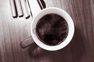 桌子上一杯咖啡图片