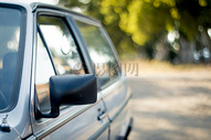 路边停留的汽车图片