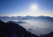 云雾缭绕的山脉图片