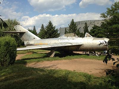 落地摆放的旧战斗机图片
