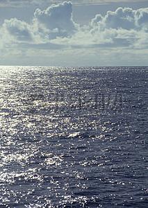 阳光照在深蓝的海水上图片
