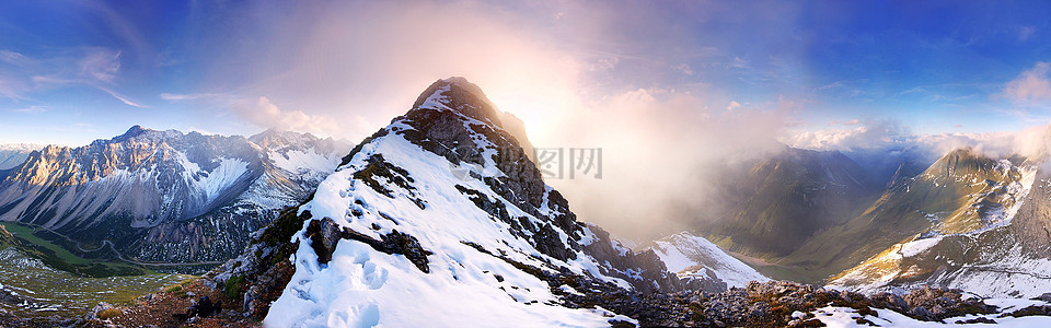 阳光与雪山图片