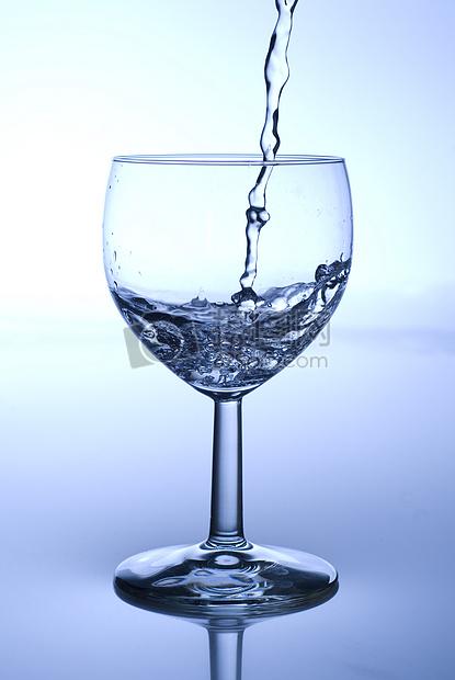 倒水的玻璃杯