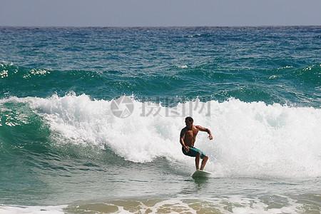 一个男人在冲浪图片