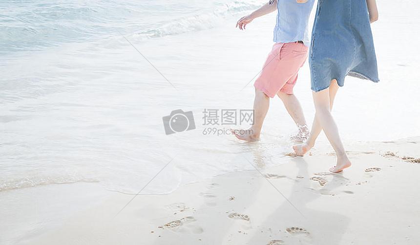 海边约会的情侣图片