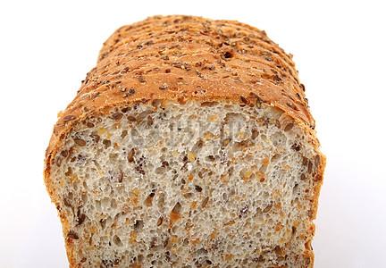 切开的全麦面包图片