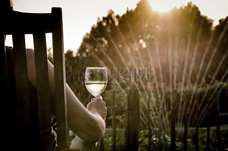 夕阳下饮酒的人图片