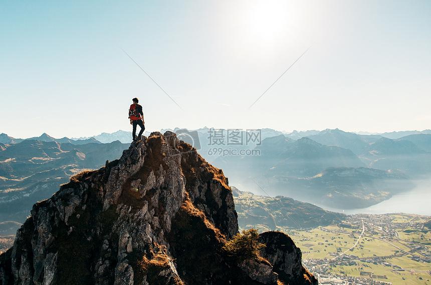 探险旅行攀登山顶远看群山风景图片