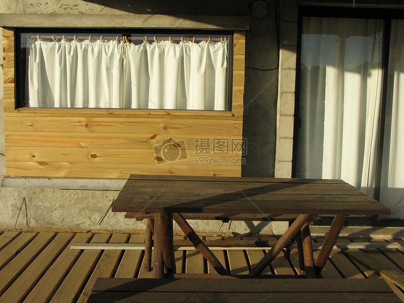 木房子前的桌子