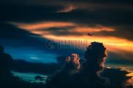 黄昏时候的天空飞机飞过图片