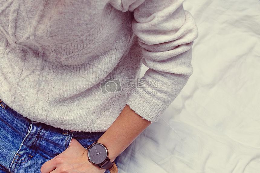 手插裤子口袋图片