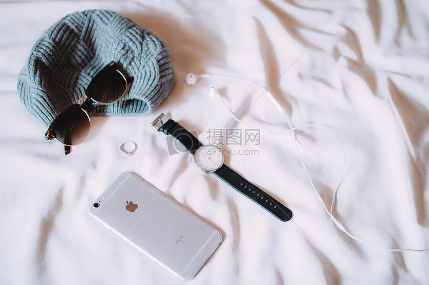 放在床上的手机图片