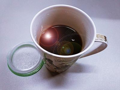 放了水的马克杯图片