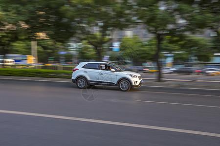 飞驰的白色汽车图片