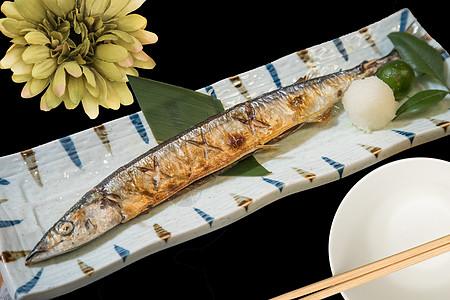 日式秋刀鱼图片