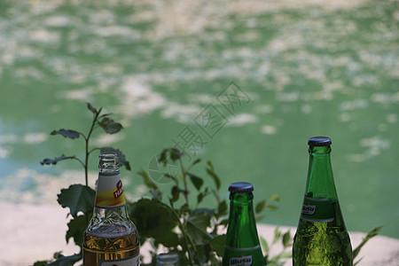 有酒的湖边 有人笑图片
