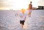 父子沙滩玩耍家庭照图片