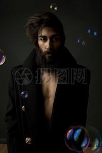 黑衣服的男人图片