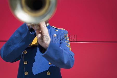 吹奏长号的男人图片